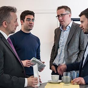 Drei Firmen aus dem Softwarepark Hagenberg führen ein Kooperationsgespräch im Rahmen einer Netzwerkveranstaltung des Softwarepark Management.