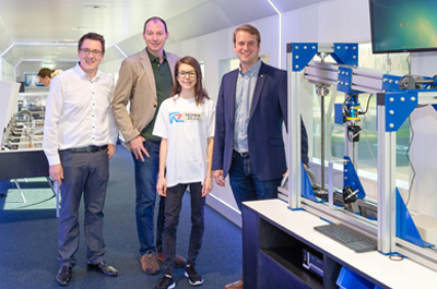 Gruppenfoto mit drei Personen frontal: v.l.n.r. Matthias Zwittag und Jochen Landvoigt (SIWA Online GmbH), Tina Berger-Schauer (BRG Solarcity) und Christian Maurer (Business Upper Austria)