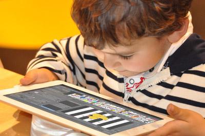 Kind mit Tablet verwendet die AmblyoCare App