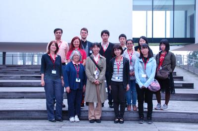 13 Personen stehen vor dem Gebäude der FH OÖ Campus Hagenberg