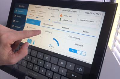 Hand vor Tablet-Display