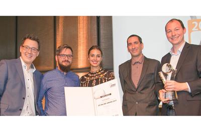 5 Personen stehend und in Kamera blickend, mit Pokal und Auszeichnung