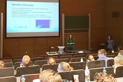 Hörsaal der FH OÖ Campus Hagenberg, Zuhörer blicken auf Leinwand und Referentin