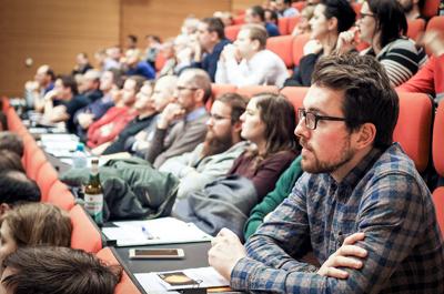 """Publikum der Auftaktveranstaltung """"Information Security"""" sitzend im Hörsaal Audimax der FH OÖ Campus Hagenberg"""