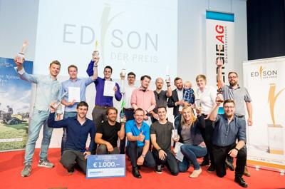 Die Gewinner des Edison 2018 stehen beisammen und halten ihre Preise in die Luft