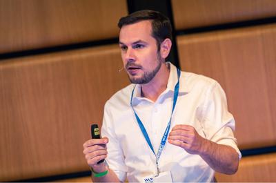 Thomas Brandstetter hält einen Vortrag