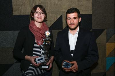 Die stolzen Gewinner Nina Stromberger und Valentin Rothensteiner mit ihrem wohlverdienten Preis.