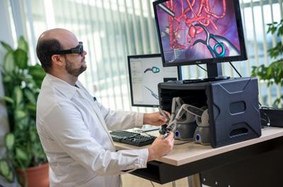 Forscher mit VR Brille arbeitet mit Simulation