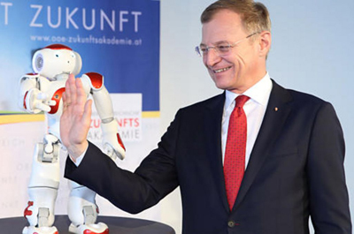 "Landeshauptmann Thomas Stelzer gibt dem FH Roboter ""High Five"""
