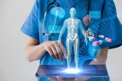 Aärztin hält Tablet in der Hand, ein virtueller Mensch steht vertikal am Tablet