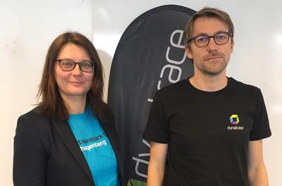 Sonja Mündl und Stefan Gusenbauer stehen vor weißer Wand und blicken in Kamera