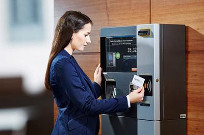 Frau Steht bei Automat der Firma ventopay