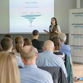 Softwarepark-Managerin Dr. Sonja Mündl präsentiert Gründerinnen und Gründer das Erfolgsrezept des Softwarepark Hagenberg.