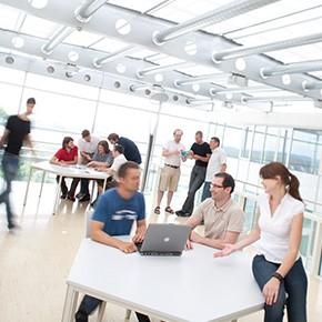 Gründer-Workshop auf der Atriumterasse des IT-Centers.