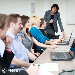 Gruppe von Studierenden und Professorin der FH OÖ Campus Hagenberg im Softwarepark Hagenberg während der Vorlesung.