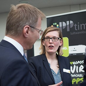 Foto: Verena Mitterlehner, CEO von APPtimal erklärt Besuchern bei der Langen Nacht der Forschung ihre individuellen Entwicklung von Softwarelösungen mit Hauptaugenmerk auf mobile App-Entwicklung.