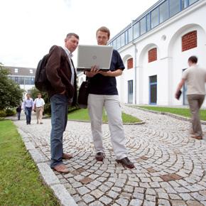 Innenhof mit Personen des Bürogebäudes Meierhof