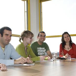 Workshopteilnehmer/innen im Seminarraum Arbeiten & Wohnen