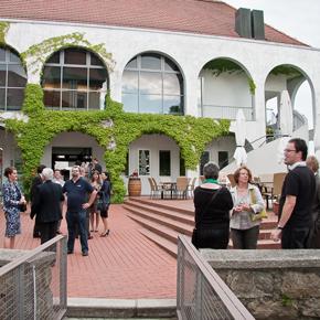 Roter Platz mit Veranstaltungsteilnehmer/innen beim Schloss Hagenberg