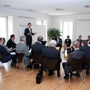 Seminarraum mit Workshopteilnehmer/innen im Schloss Hagenberg
